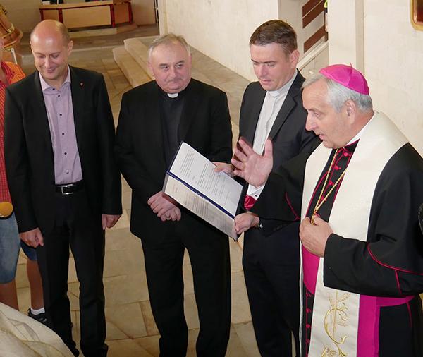 Požehnání piva_otec biskup vpravo