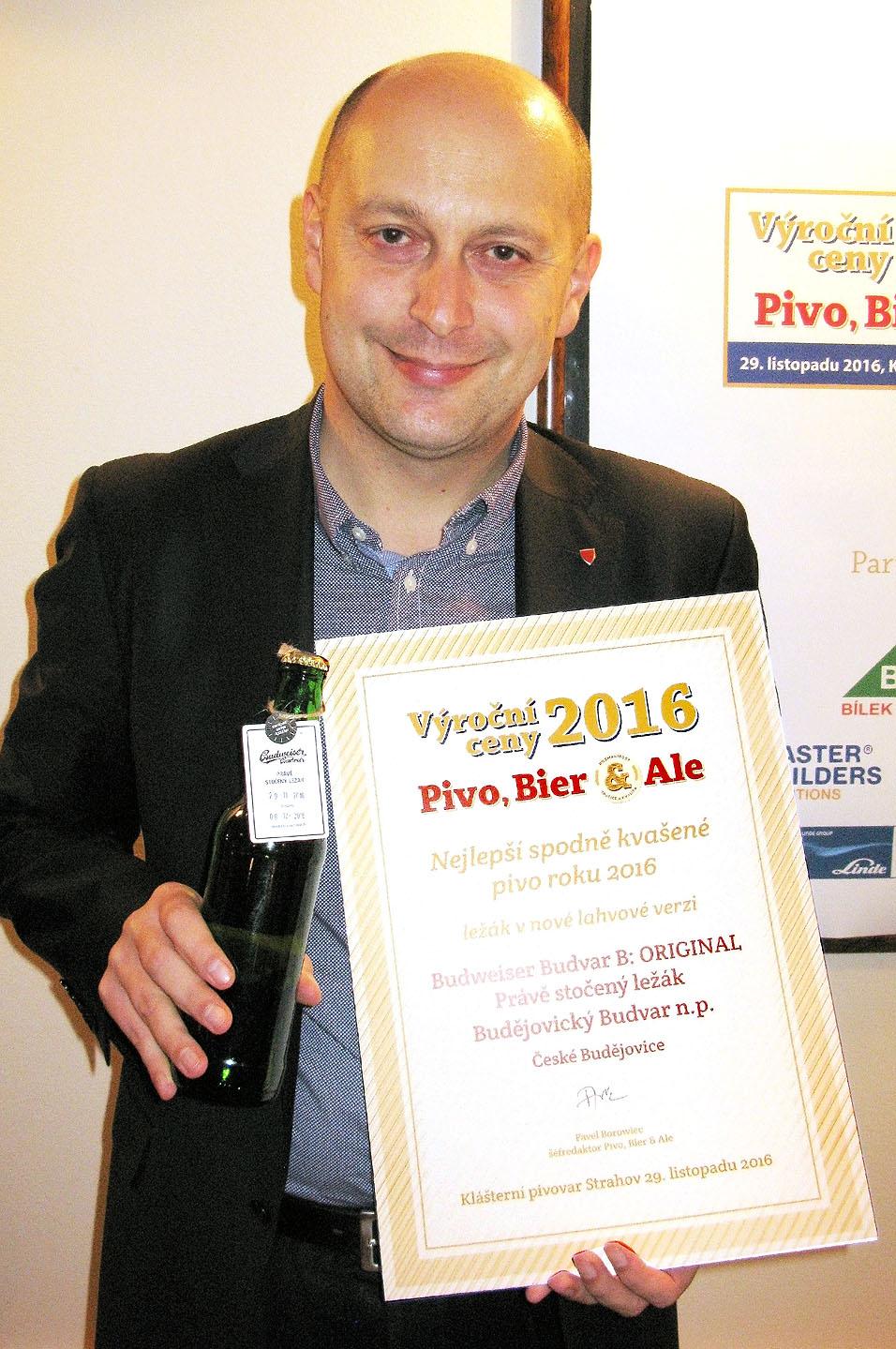 Sládek Budějovického budvaru Adam Brož převzal výroční cenu za Právě stočený ležák
