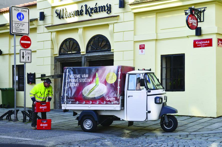 Právě stočený ležák rozváží po Českých Budějovicích speciální trojkolka.