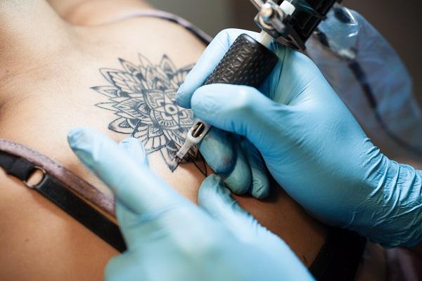 5 вещей, которые нельзя делать после нанесения татуировки