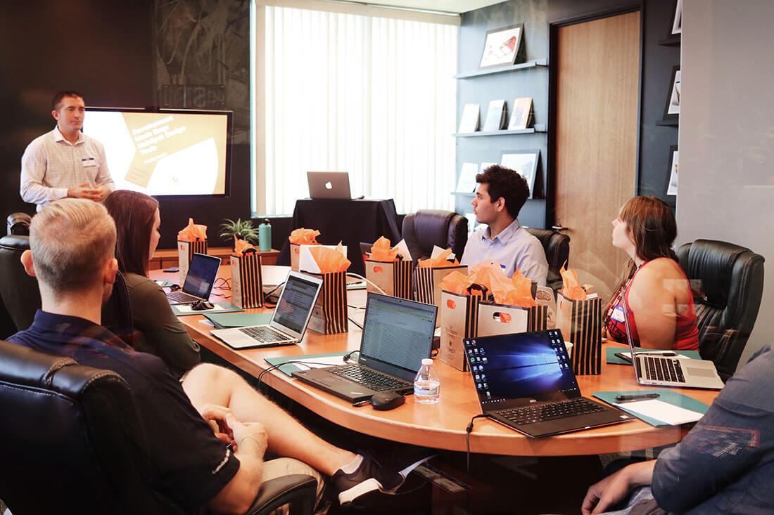 L'image contient une personne se présentant dans un bureau