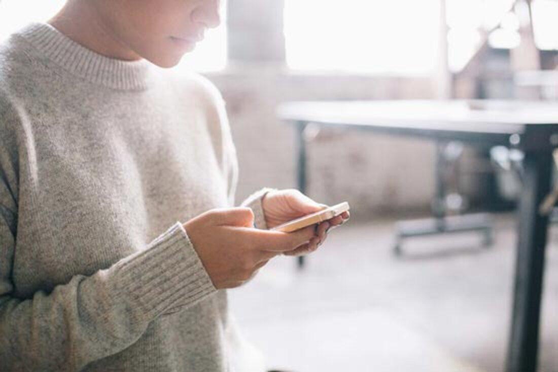 L'image contient une personne utilisant un téléphone portable