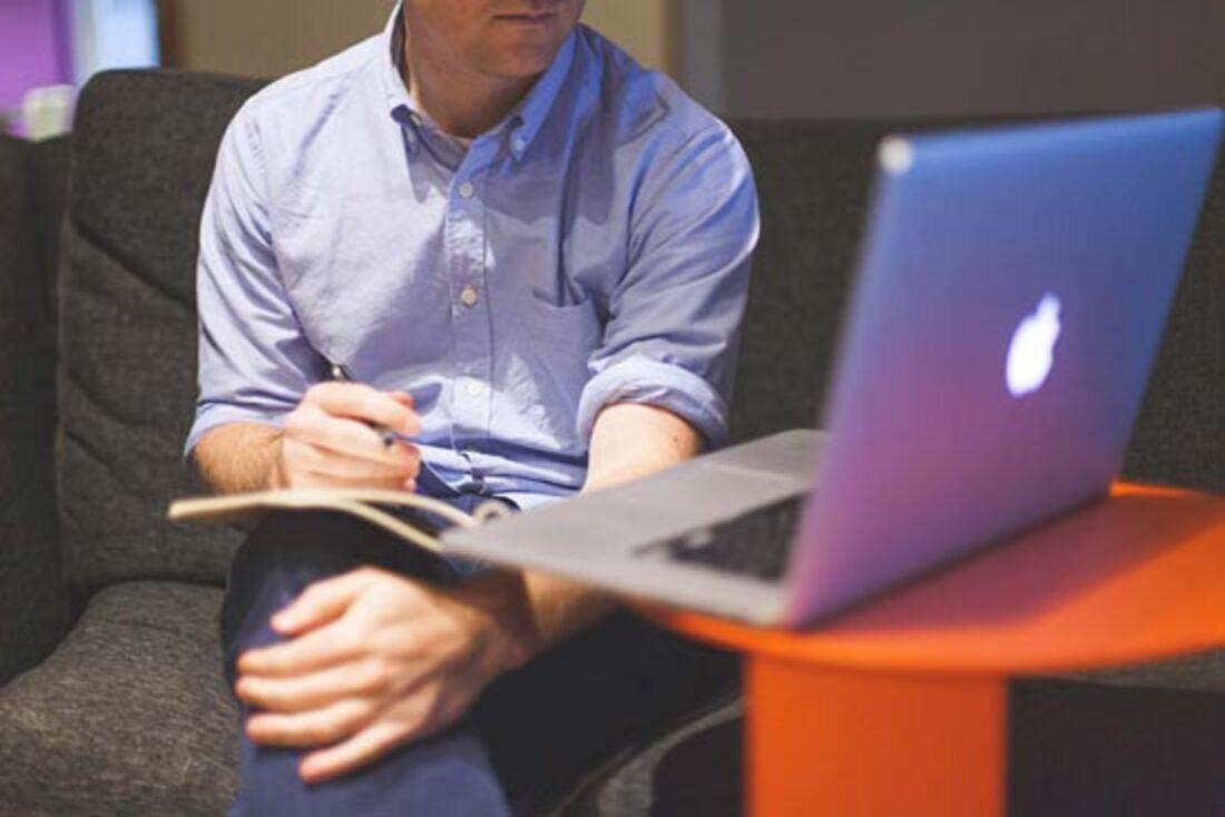 L'image contient une personne utilisant un ordinateur portable