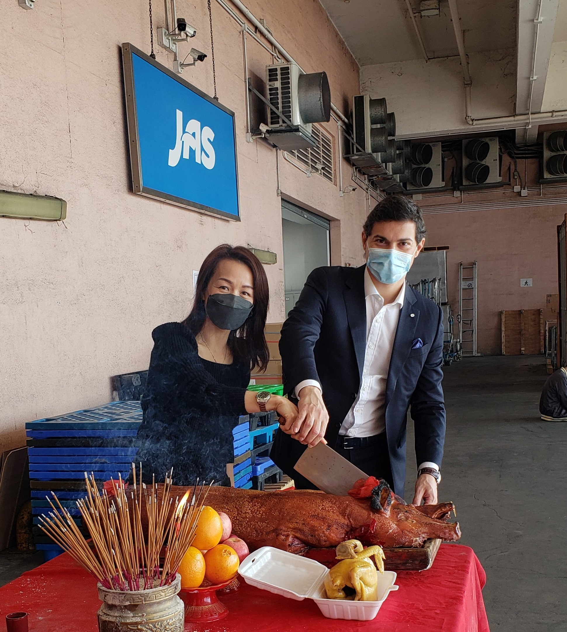 Andrea Azzimonti, Vice President Sales & Marketing, and Wing Chan, JAS Hong Kong Branch Manager & Director of Supply Chain of China including Hong Kong, represented JAS China and Hong Kong in the pig-cutting ceremony.