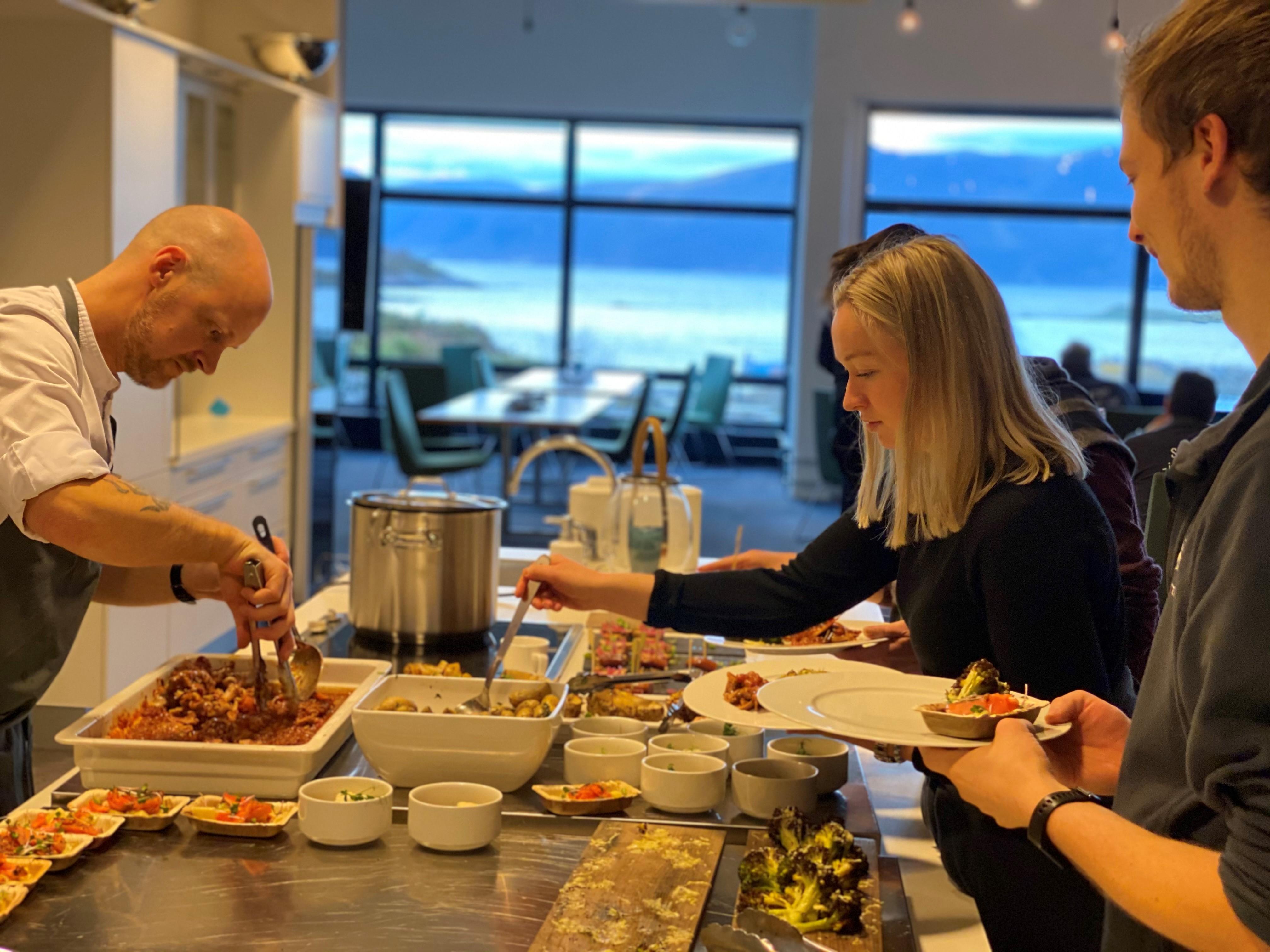 Middag servert av vår egen Akvariekokk og med utsikt rett mot Breisundet.