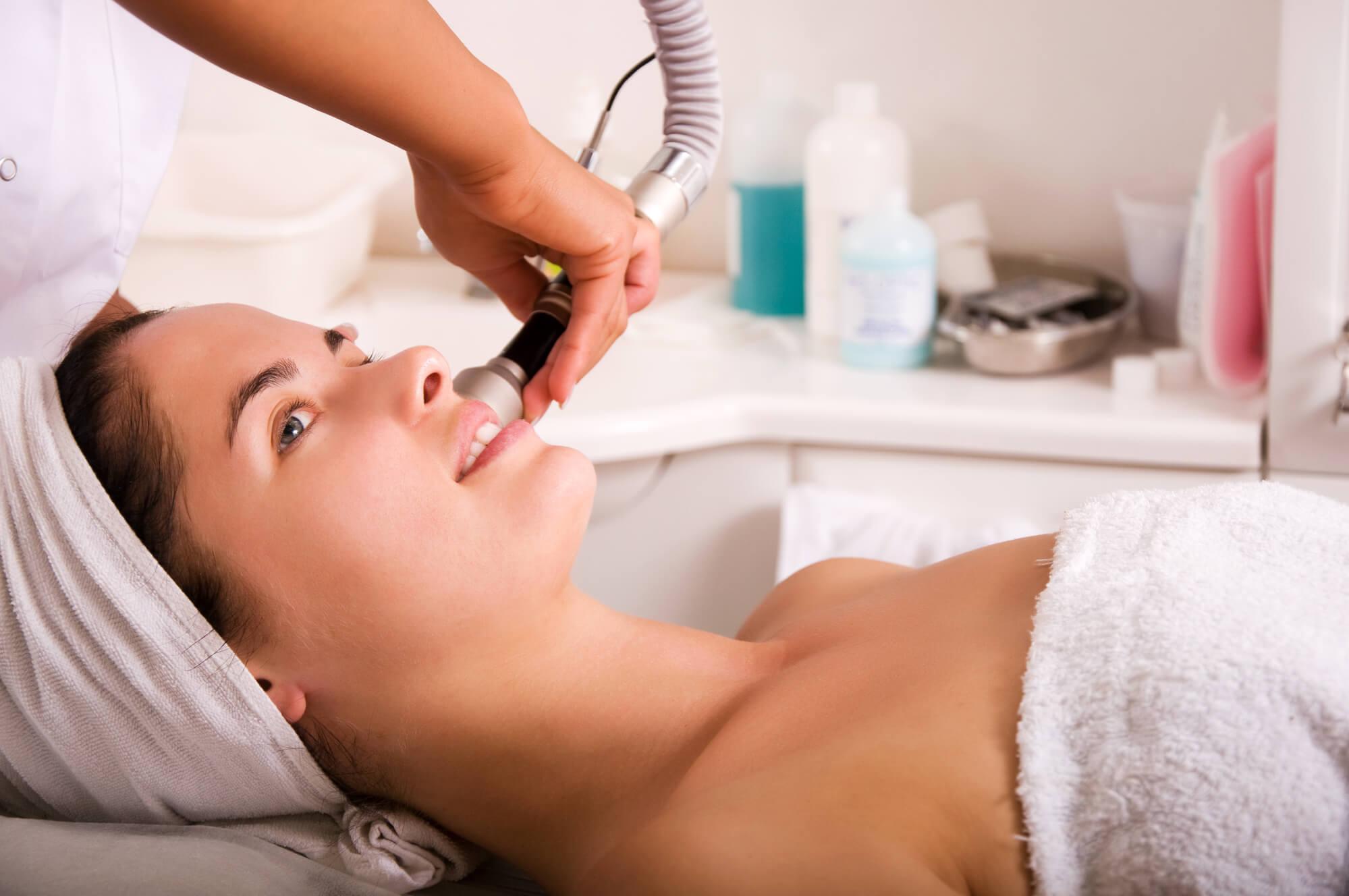 Lifting facial: entenda como eliminar a flacidez e as rugas do rosto