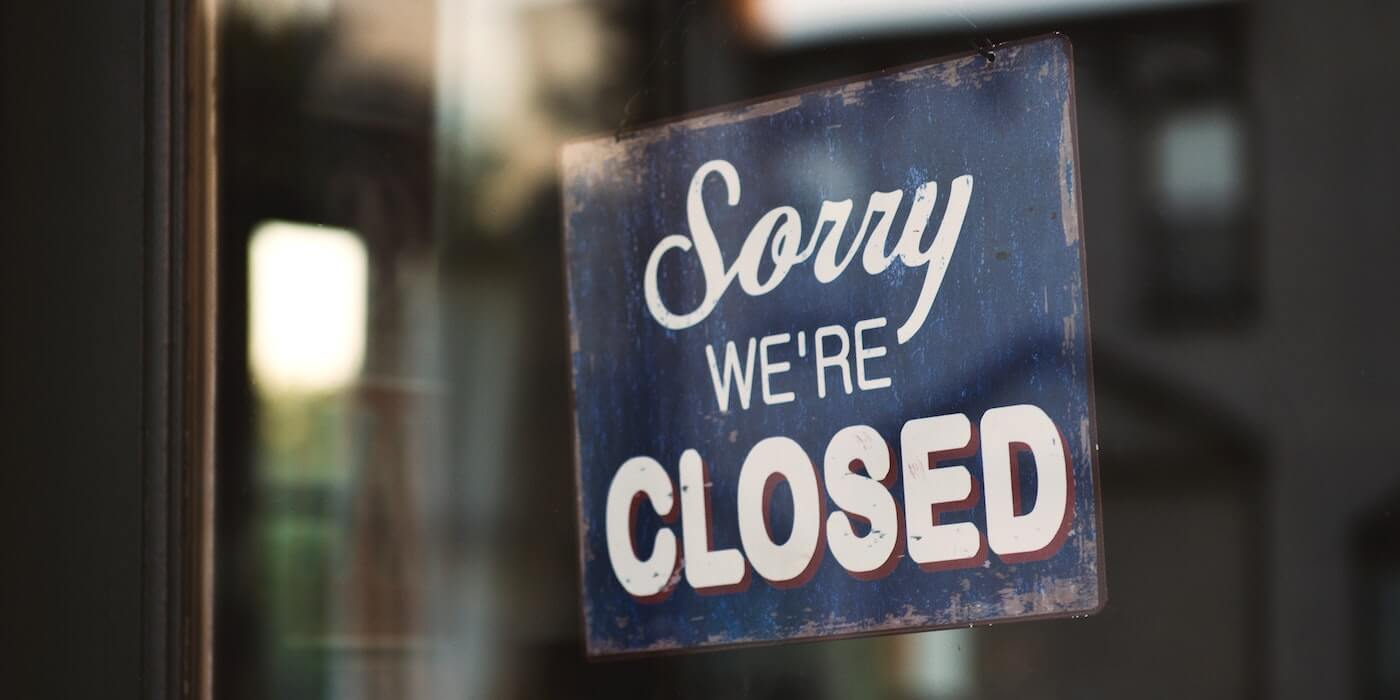 "Schild mit der Aufschrift ""Sorry we're closed"" 