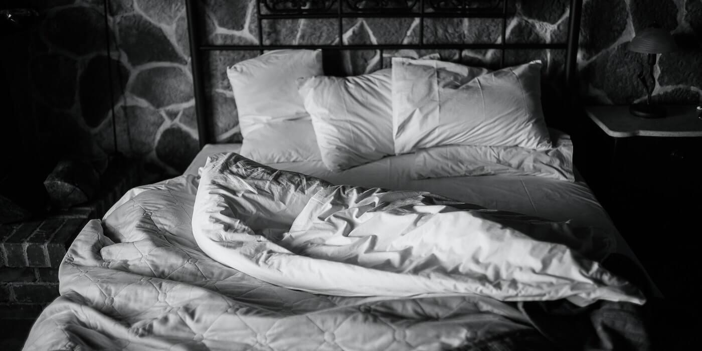 Schwarz weißes Bild von einem leeren Bett | Harris Ananiadis - Unsplash