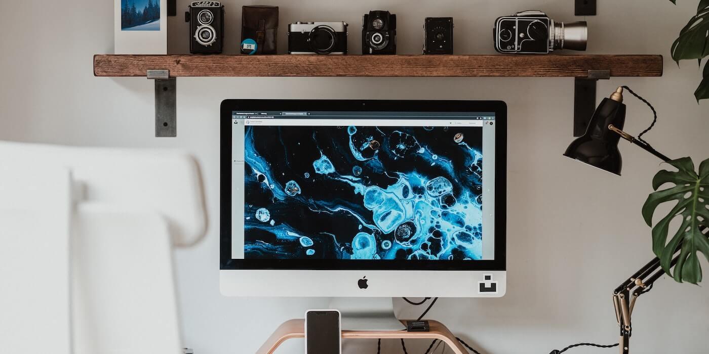 Laptop liegt auf dem Bett | Annie Spratt - Unsplash