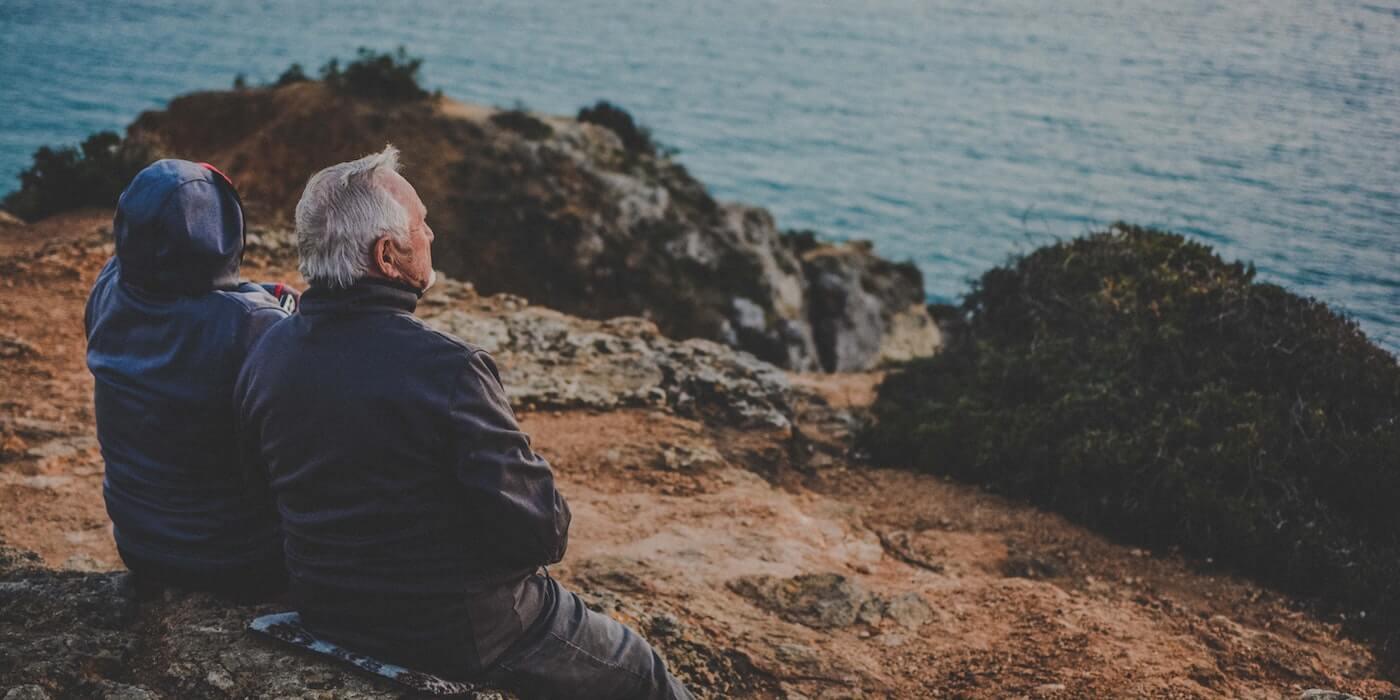 Altes Ehepaar schaut aufs Meer | Katarzyna Grabowska - Unsplash