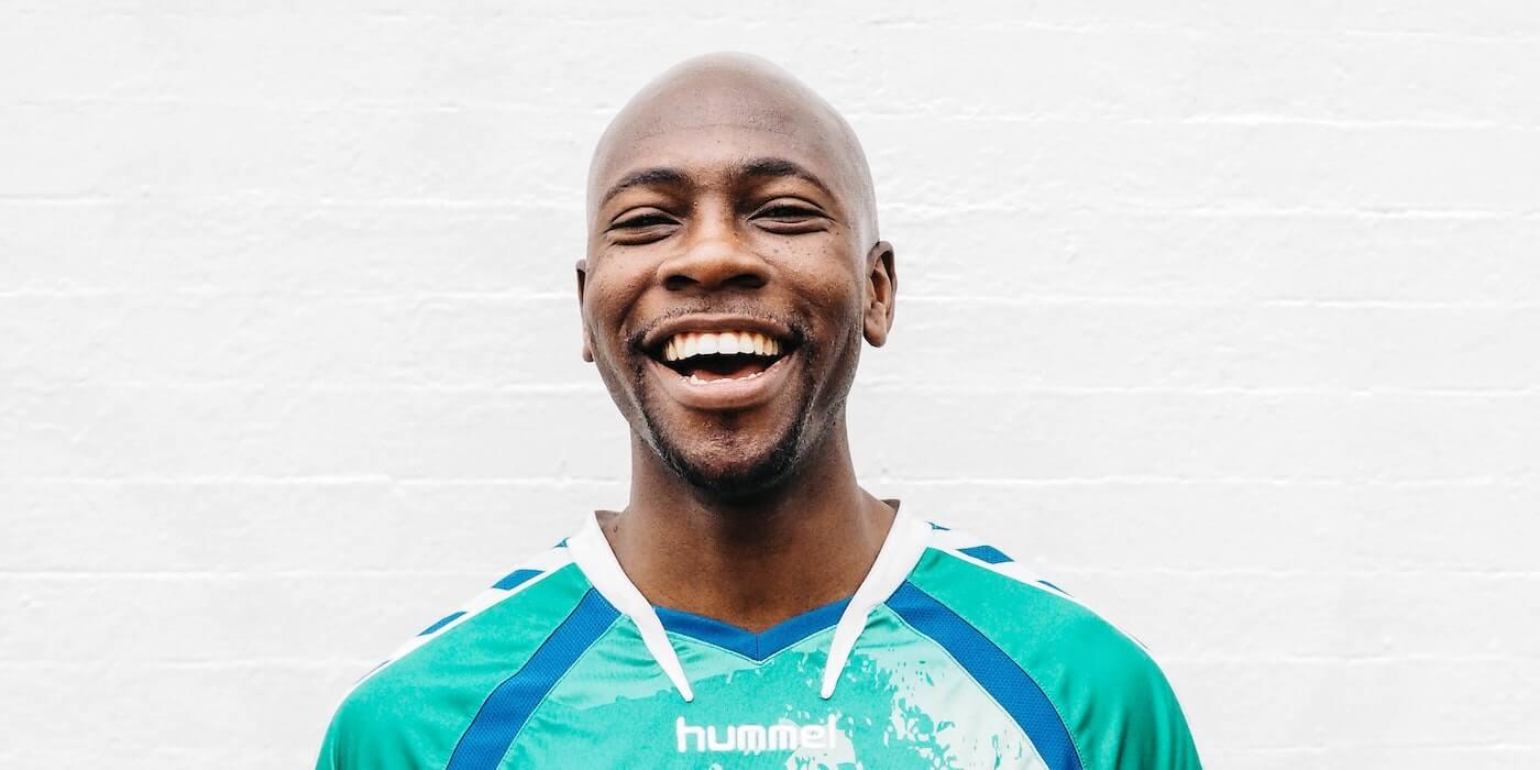 Lachender Mann mit Glatze | Charls Etoroma - Unsplash
