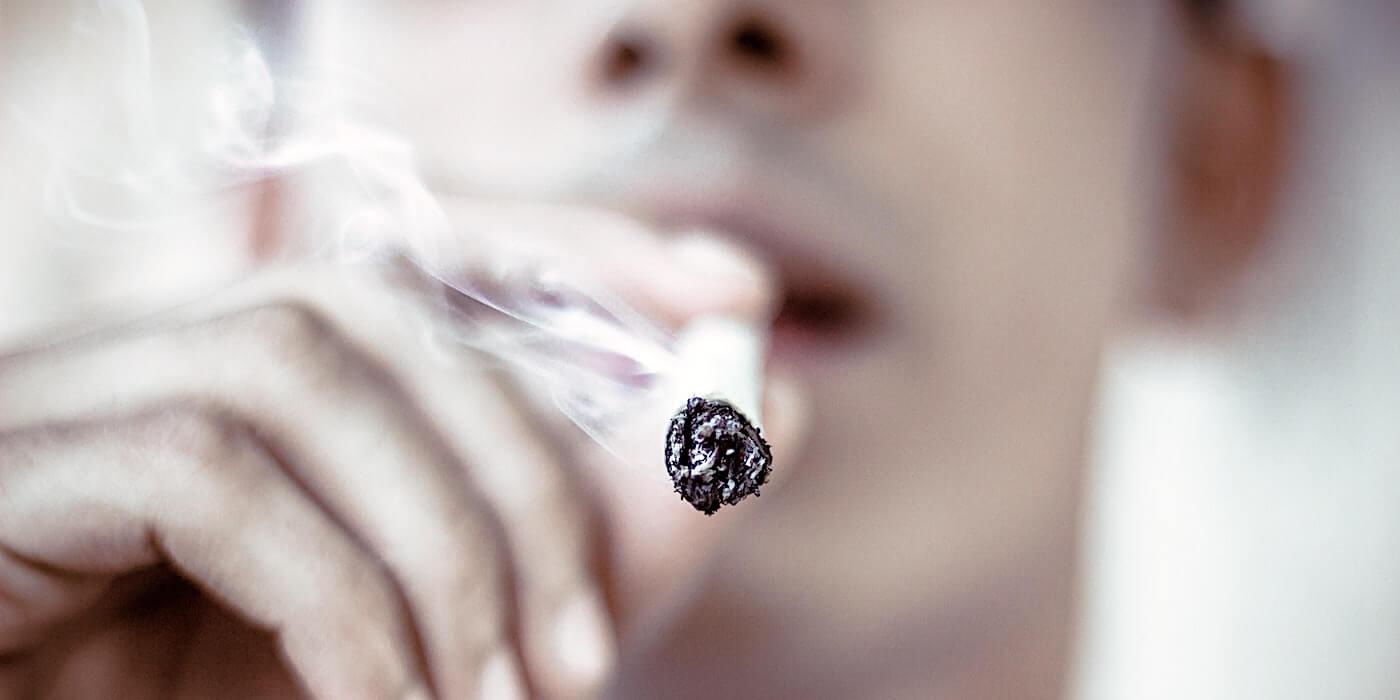 Mann raucht Zigarette | Amritanshu Sikdar - Unsplash