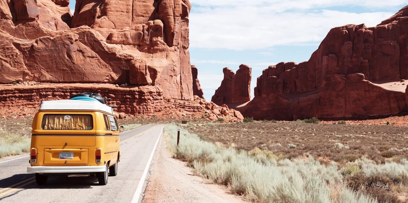 Gelber Van fährt durch den Death Valley National Park | Dino Reichmuth - Unsplash