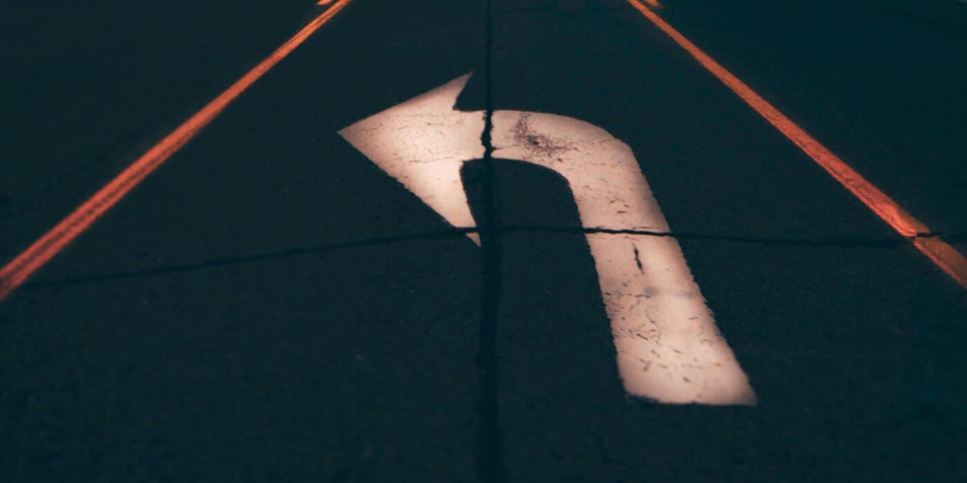 Krummer Pfeil auf der Straße   Yeshi Kangrang - Unsplash
