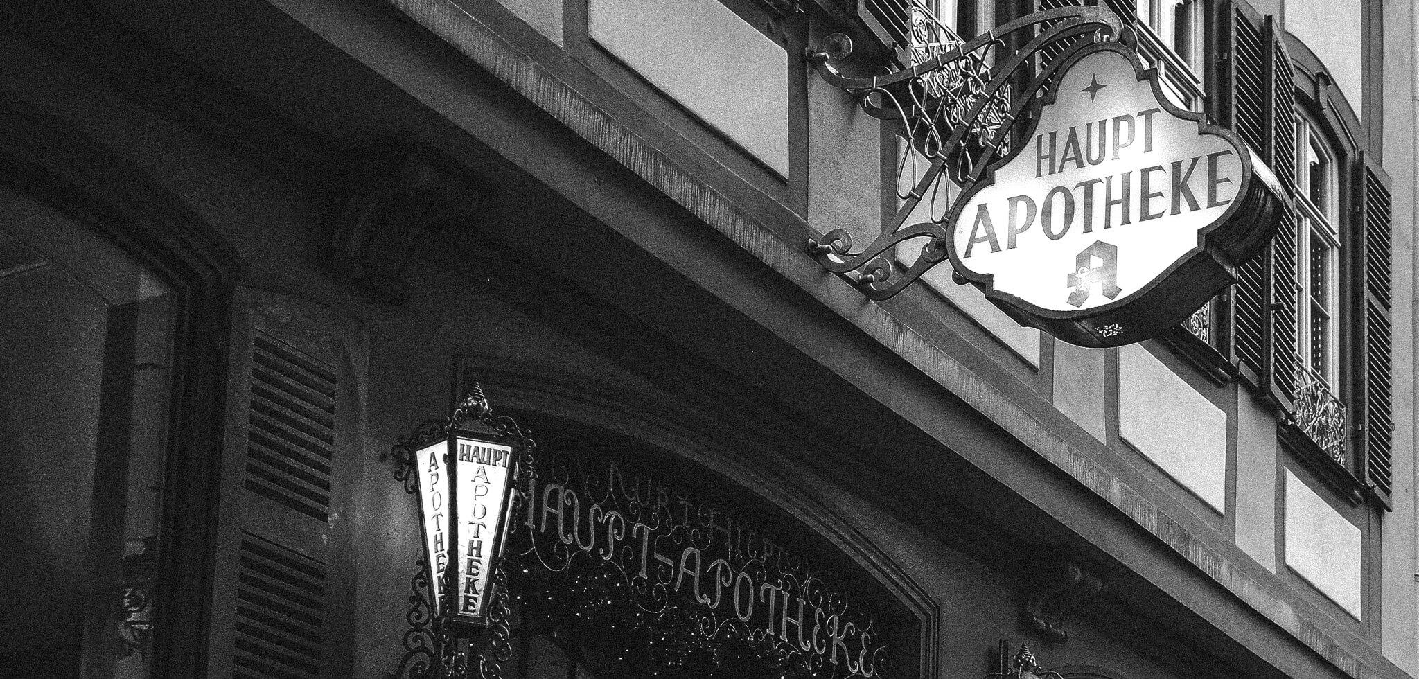 Altes Apothekenschild | Yusuf Avli - Unsplash