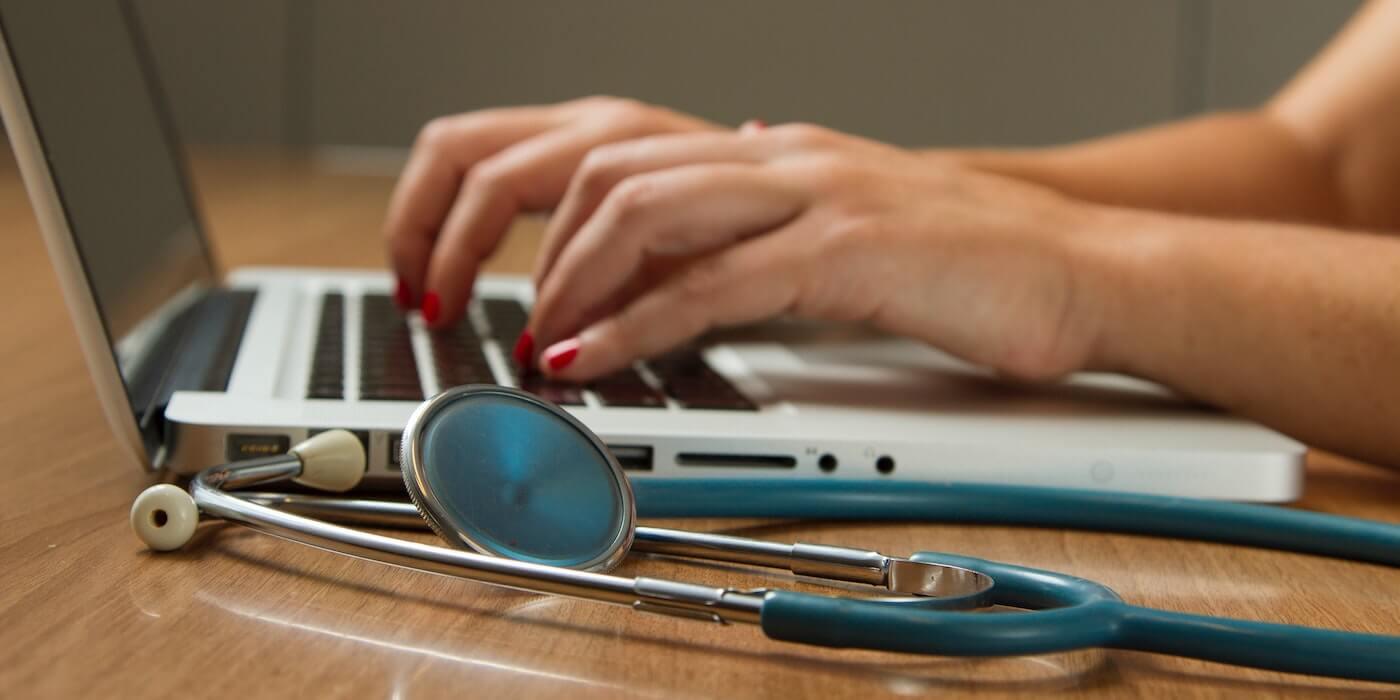 Stethoskop und Laptop | National Cancer Institute - Unsplash