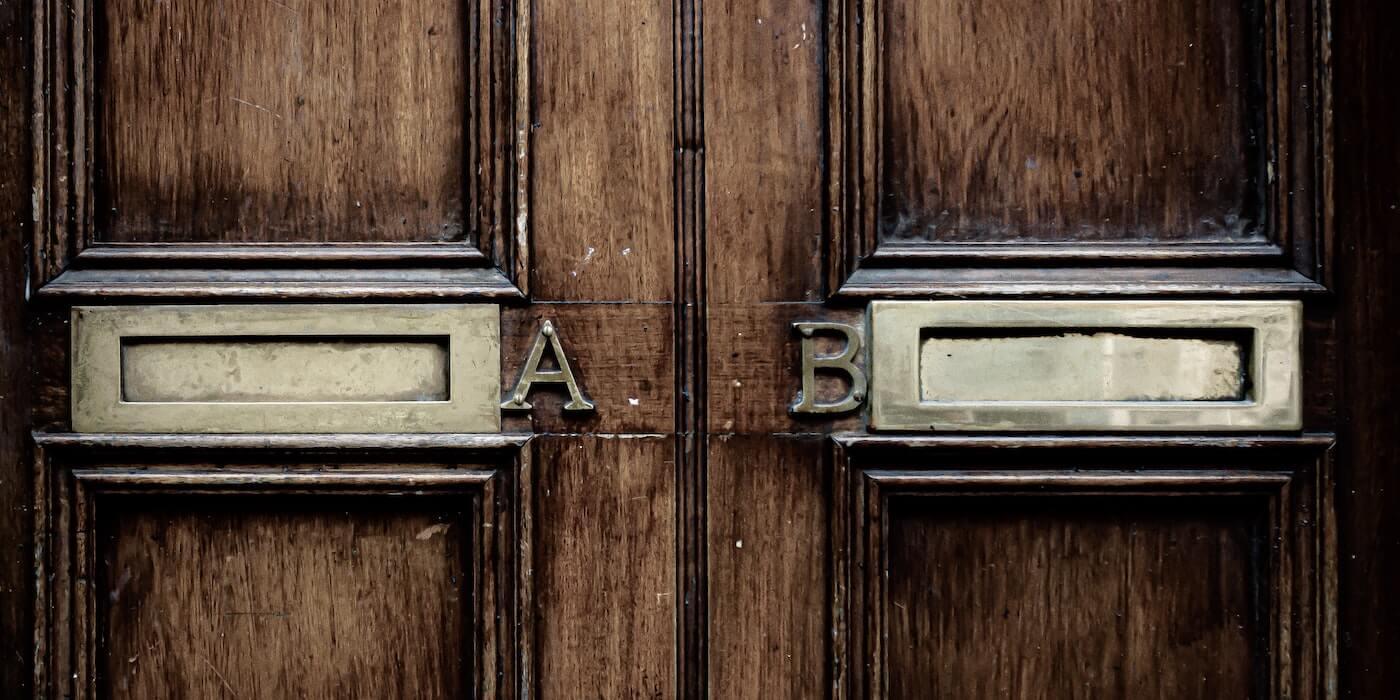 Briefkästen in einer braunen Tür | Jason Dent - Unsplash