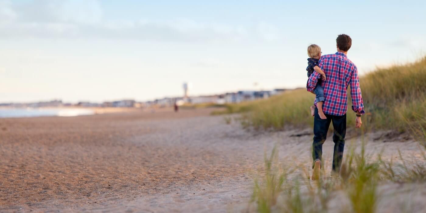 Vater und Sohn am Strand | Danielle MacInnes - Unsplash