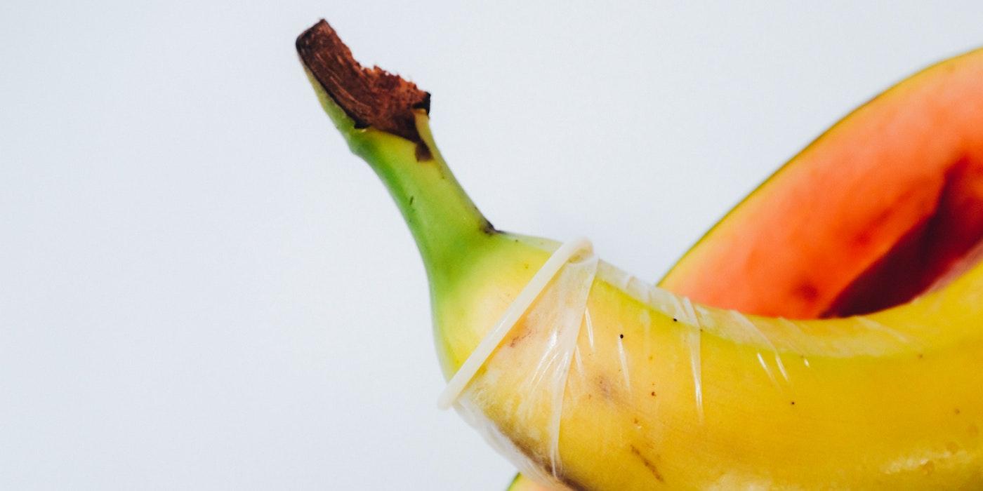 Banane mit Kondom |Charles Deluvio - Unsplash