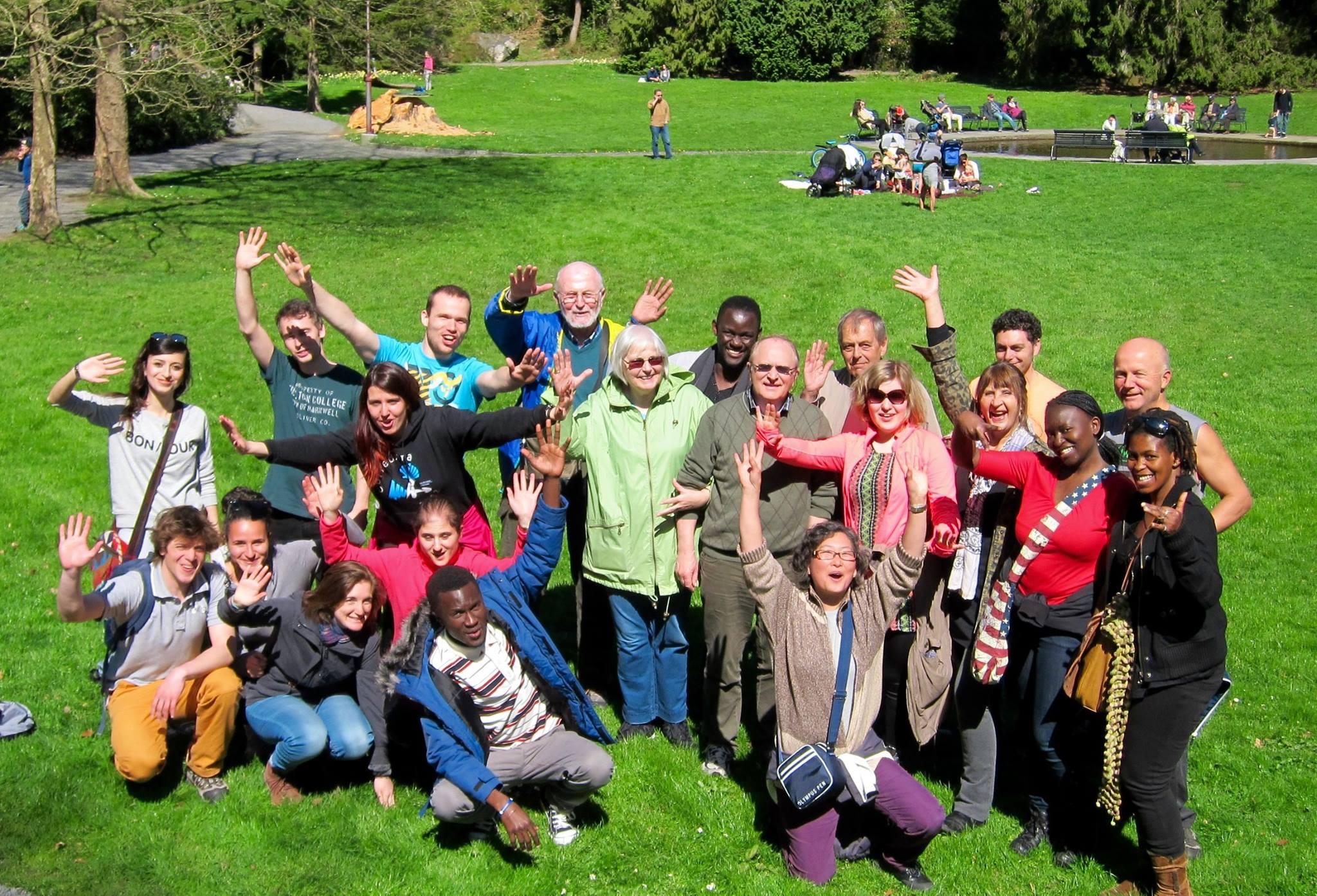 Gruppebilde av ansatte i KIA i en park