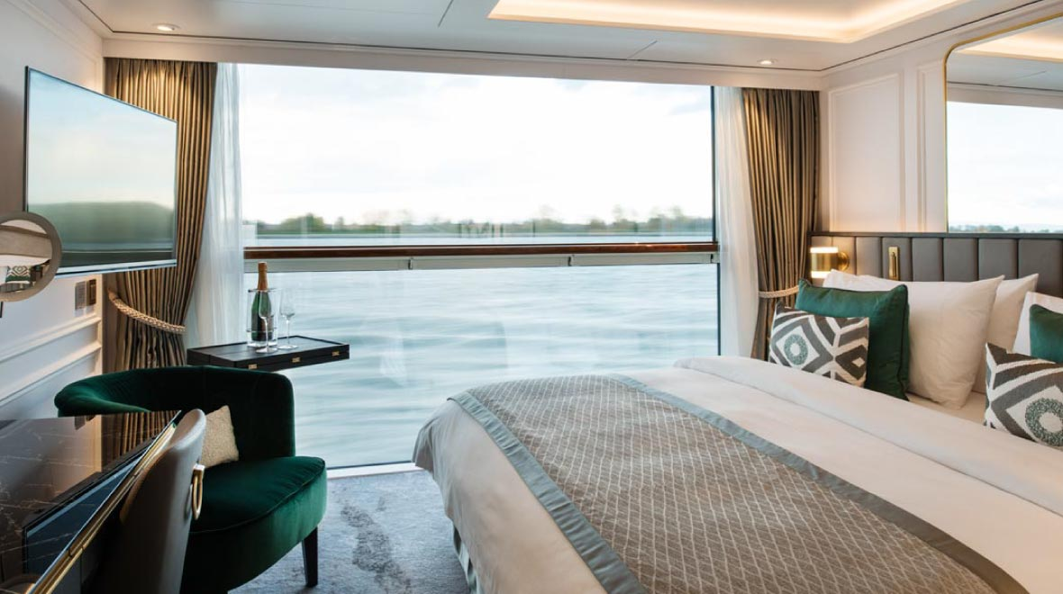 Deluxe Suite with Panaramic Balcony Window
