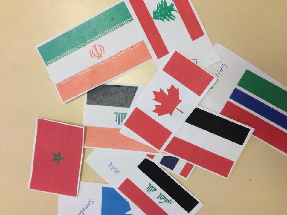Ulike flagg i papir på bord.