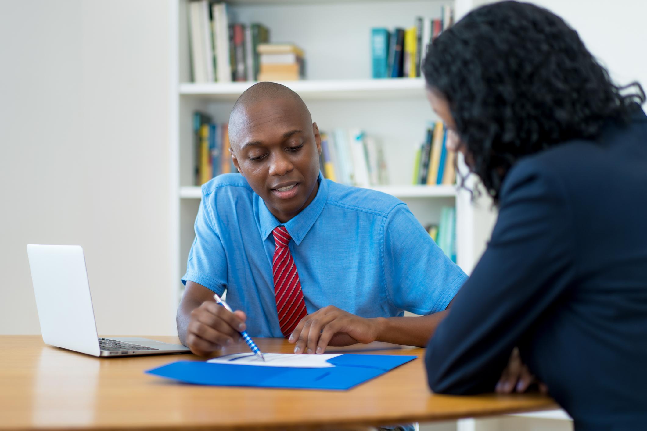 Mann og kvinne i dialog ved et bord