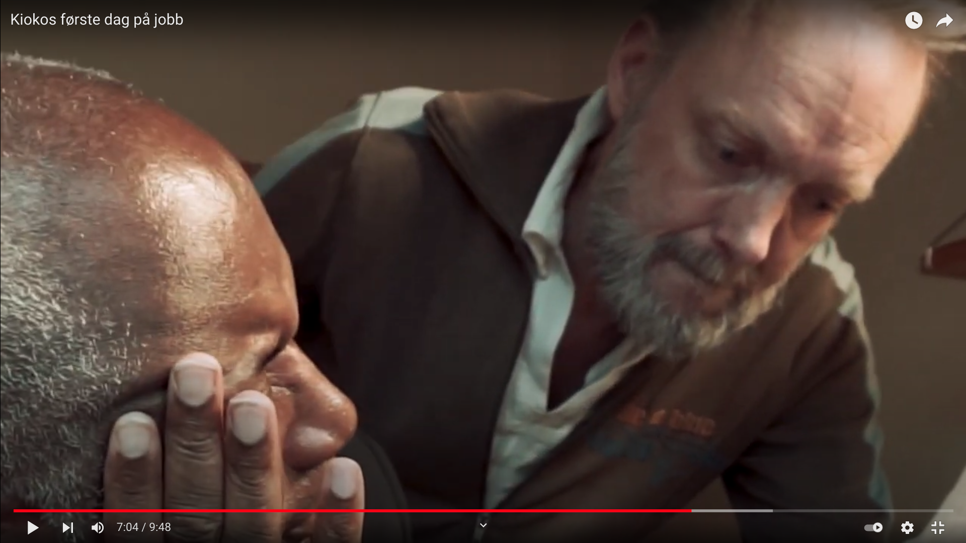 Skjermskudd av videoklipp som viser to menn i dialog