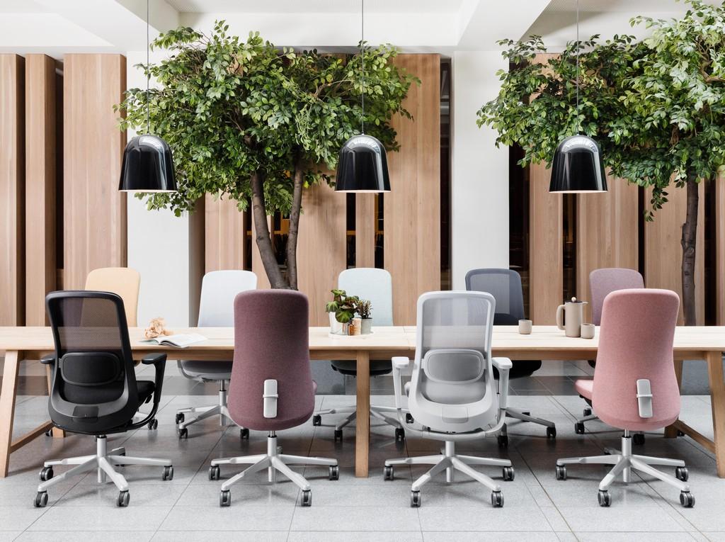 HÅG SoFi i forskjellige varianter rundt et møtebord.