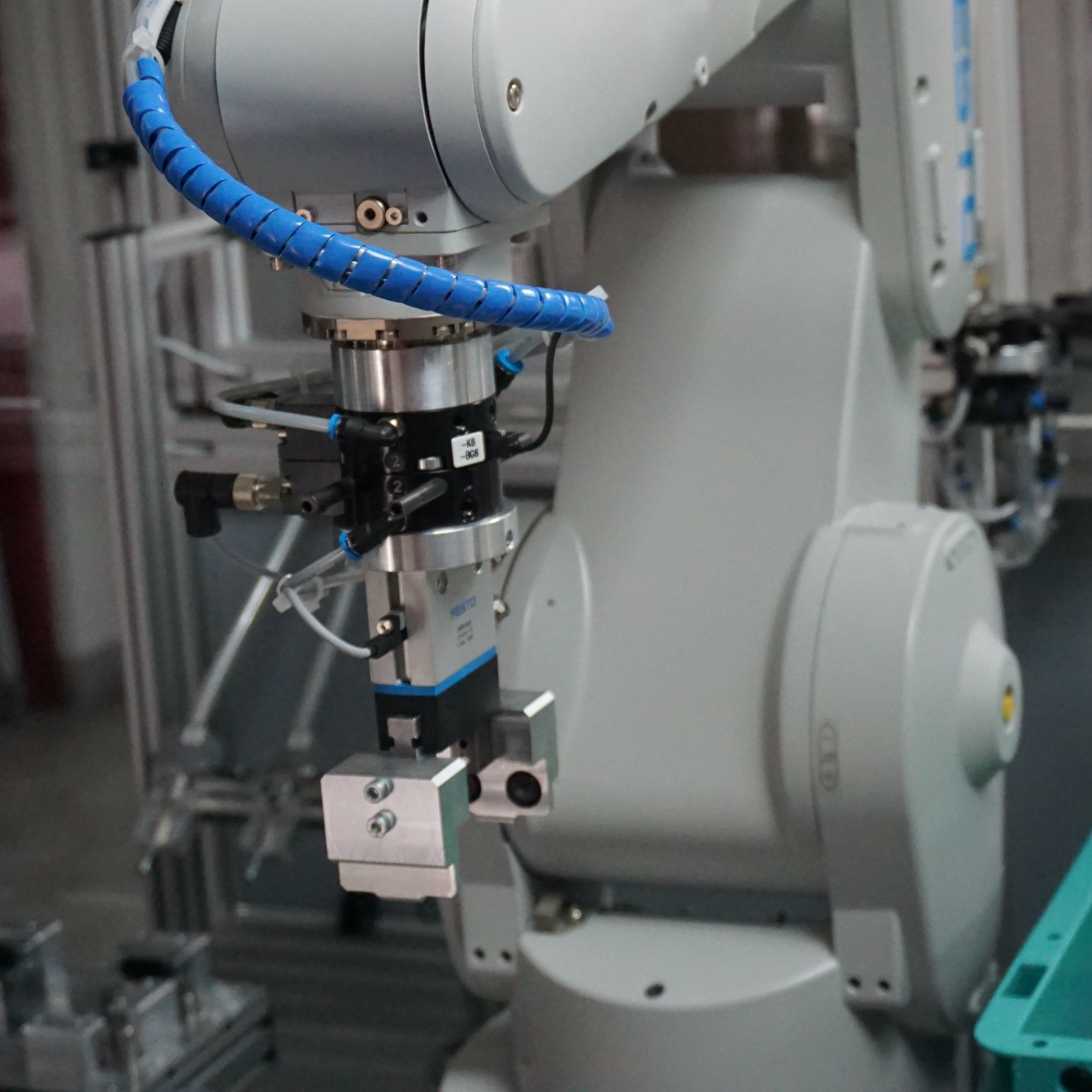 Robotic arm sitting idle in a lab environment.