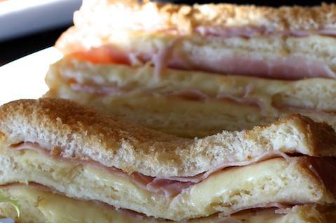 On retrouve les différentes couches de pain de mie qui alternent avec les fines tranches de dinde enrobées de crème béchamel.