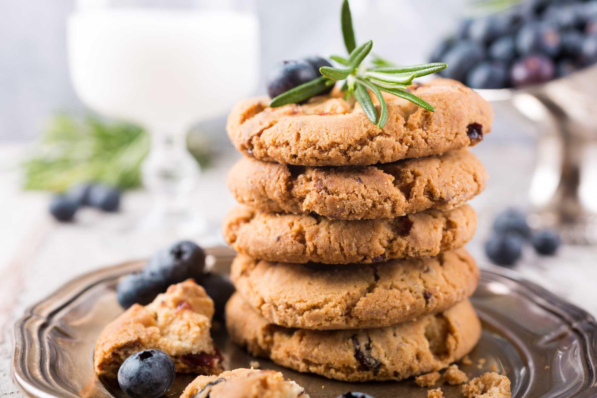 Cookies sur une assiette argentée avec des myrtilles