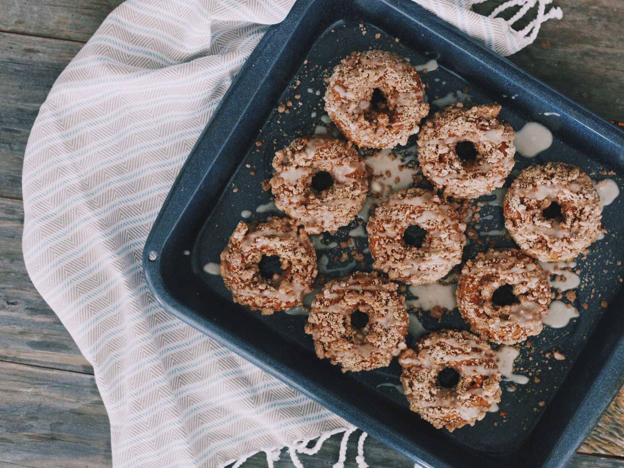 Encore posés sur la plaque de cuisson, neuf petits donuts couleur café sont recouvert de sauce caramel et ils attendent d'être consommés.