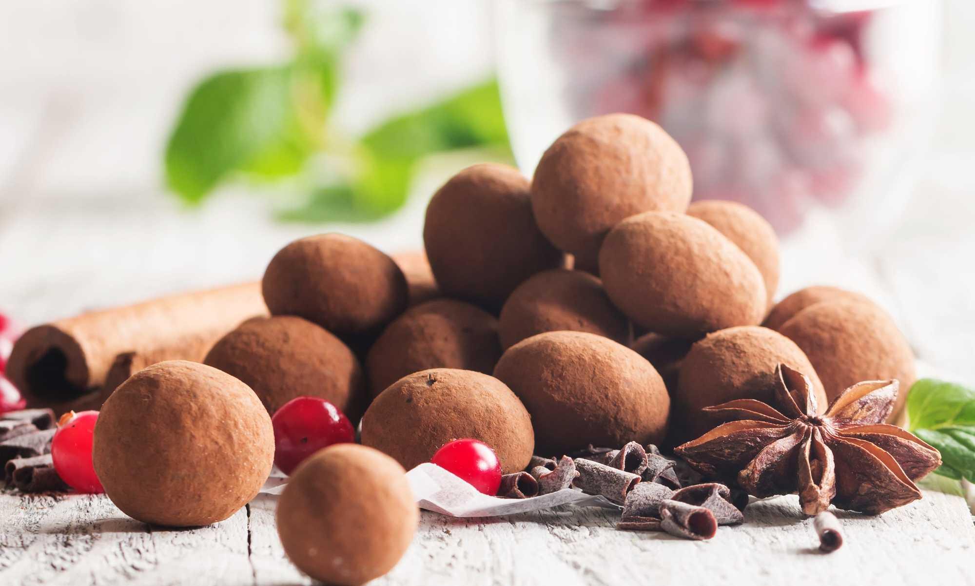 De jolies truffes au chocolat et cacahuète à l'aspect légèrement satiné sont prêtes à être consommées
