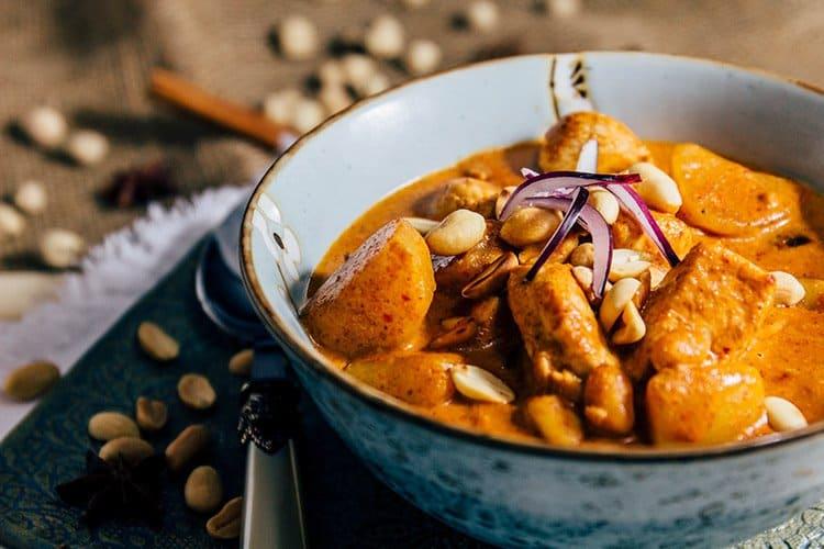 Dans un grand bol en faïence on découvre les généreux morceaux de poulet et de pommes de terre, ainsi que les cacahuètes écrasés.