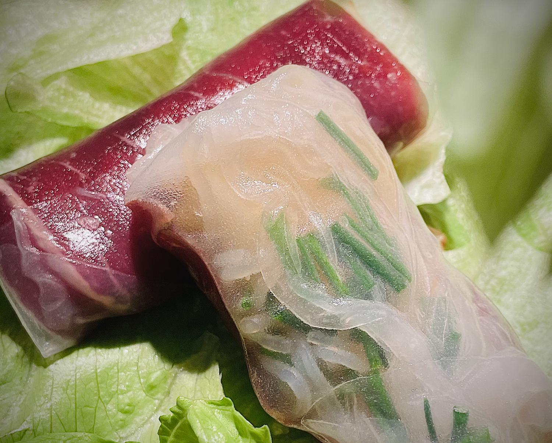 Au travers de la fine feuille de riz transparente on peut voir la viande des Grisons avec sa belle couleur rouge et la coriandre finement hachée.