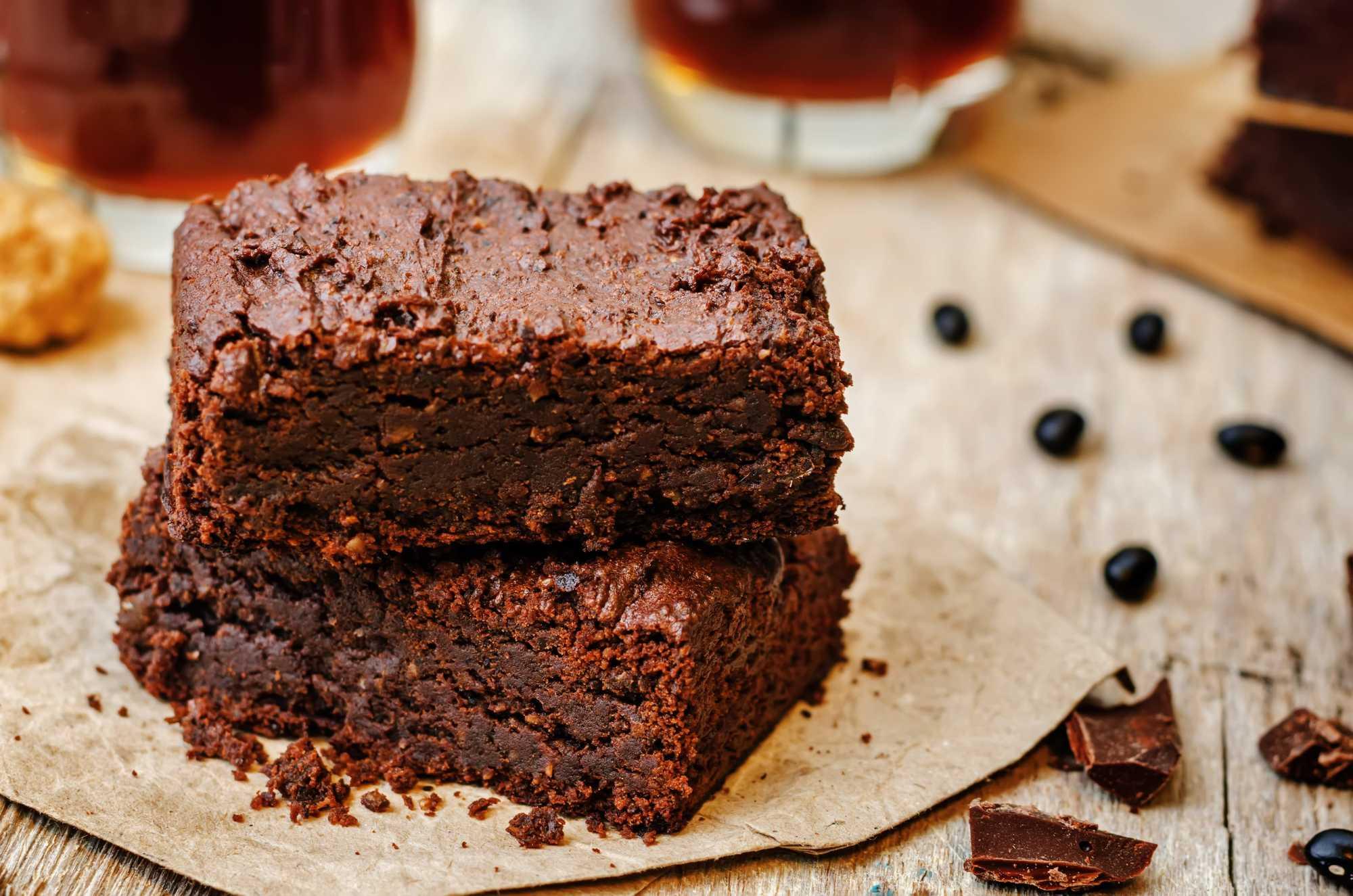 Deux belles parts de Brownie haricots rouges et chocolat sont superposées sur un plateau.