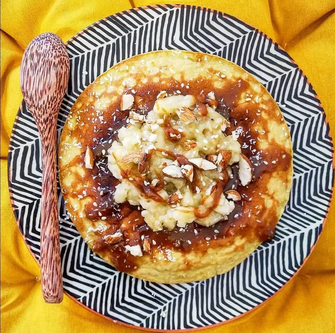 Une belle assiette design zébrée bleu et blanche sert d'écrin à cette omelette sucrée à base de coco.