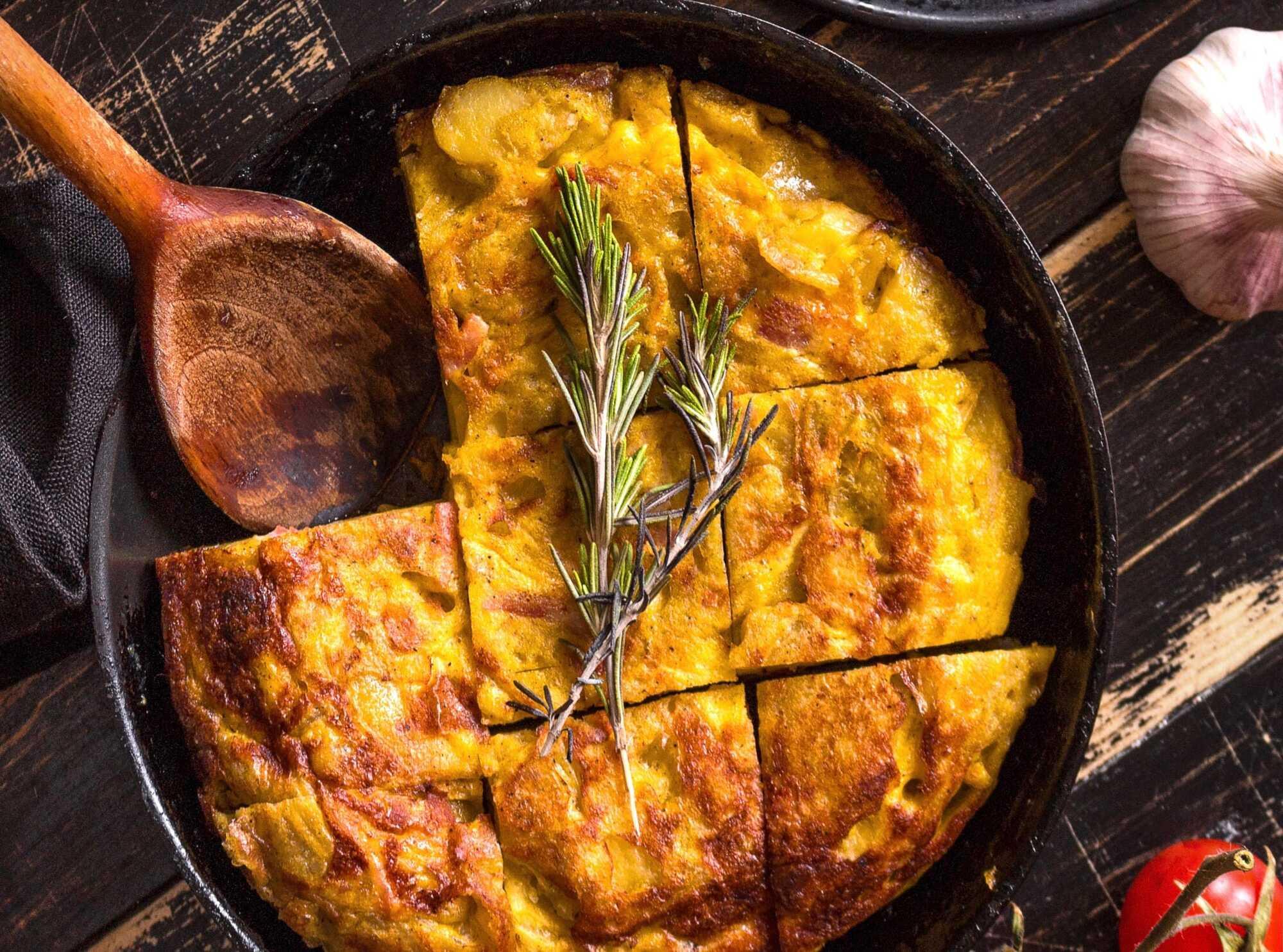 Le tortille de patatas se présente sous la forme d'un gratin de pommes de terre. Il est découpé en gros carrés généreux.