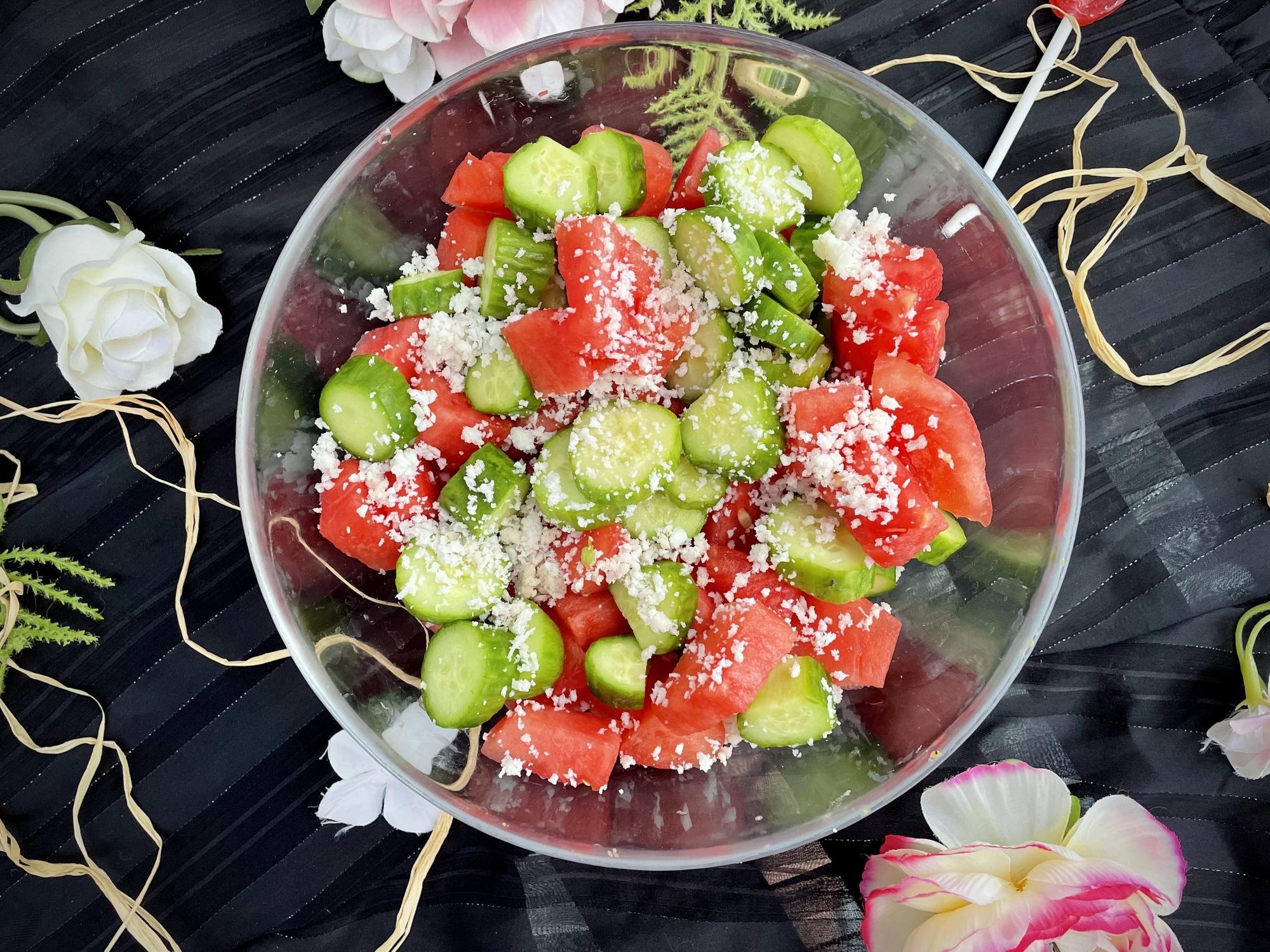 Dans un grand saladier transparent, on retrouve les couleurs de l'été avec le rouge de la pastèque et le vert des concombres.