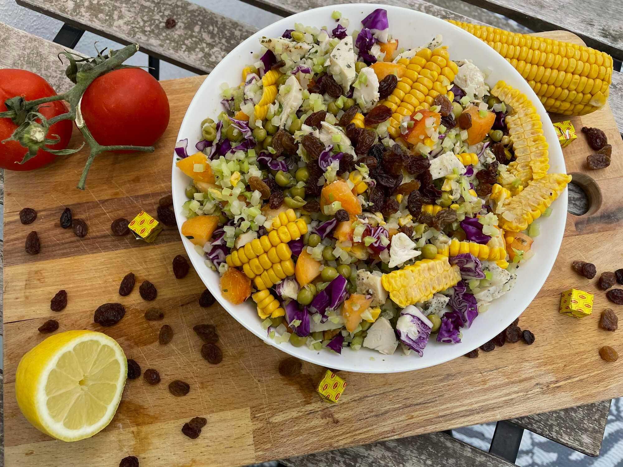 Dans un plat creux, on retrouve les différents ingrédients qui compose cette salade. A côté sont disposés deux belles tomates et un demi citron.
