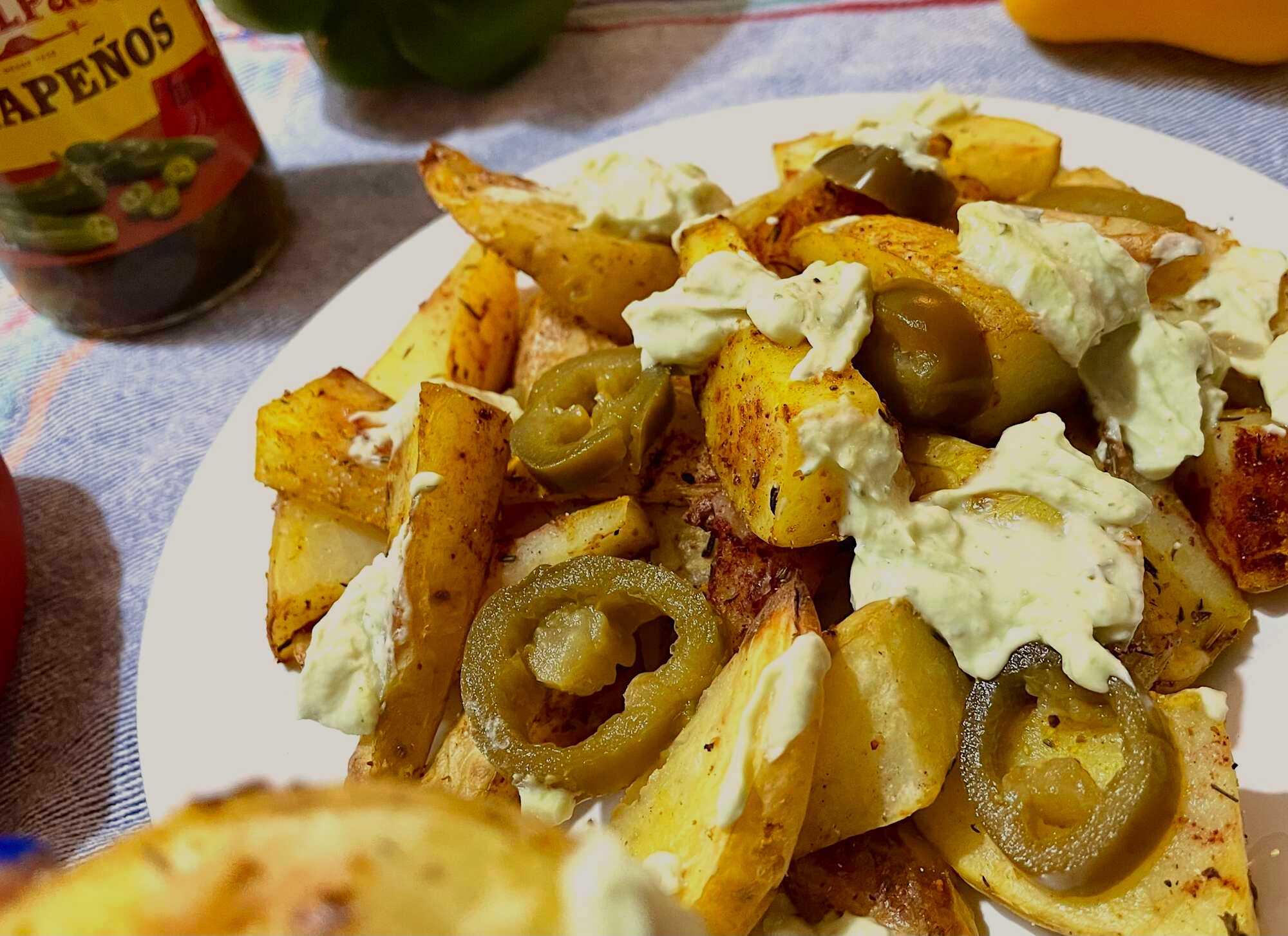 Présenté sur une assiette, les pommes de terre sont coupées en gros morceaux. Le piment Jalapeno et le St. Moret agrémentent le tout