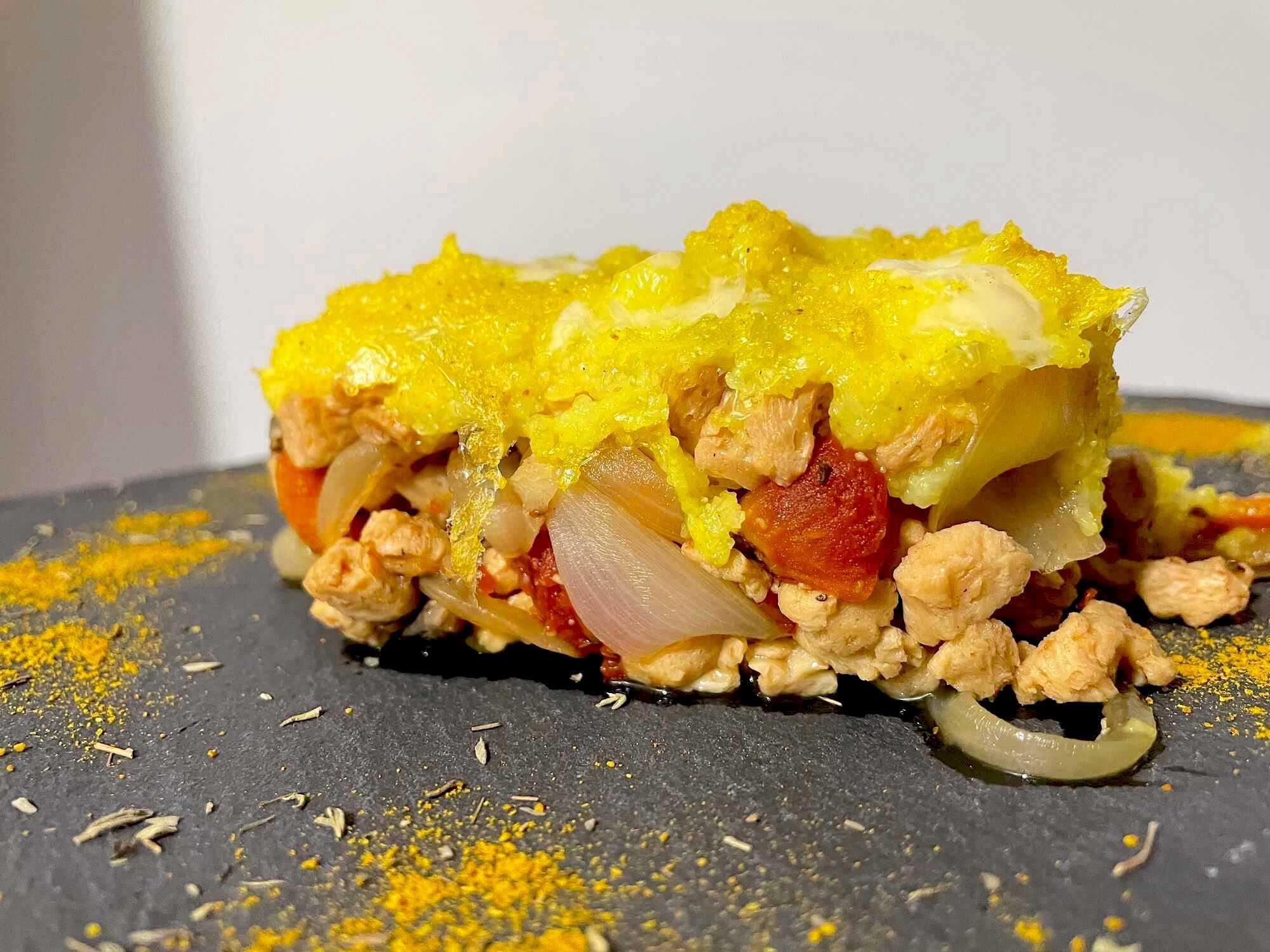 Sur une plaque de cuisson on découvre le Parmentier avec l'ensemble des ingrédients qui le compose.