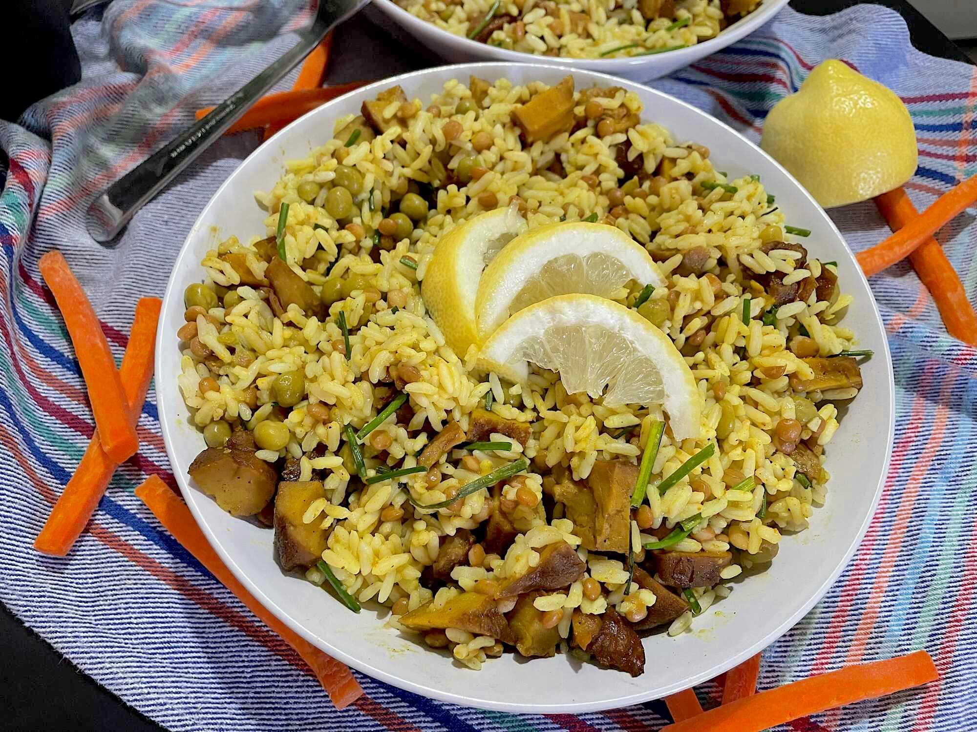 Présenté dans un plat creux, cette salade exotique donne envie d'être dégustée. Trois tranches de citron agrémentent le tout.