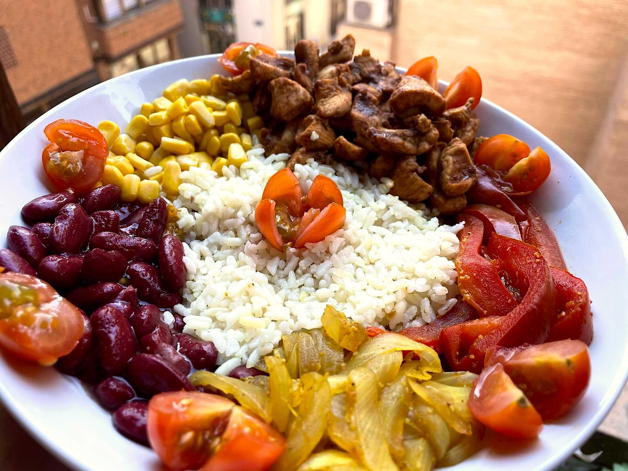 Au milieu du plat se trouve le riz et tout autour on retrouve le poulet ainsi que les différents légumes. Tout simplement magnifique !