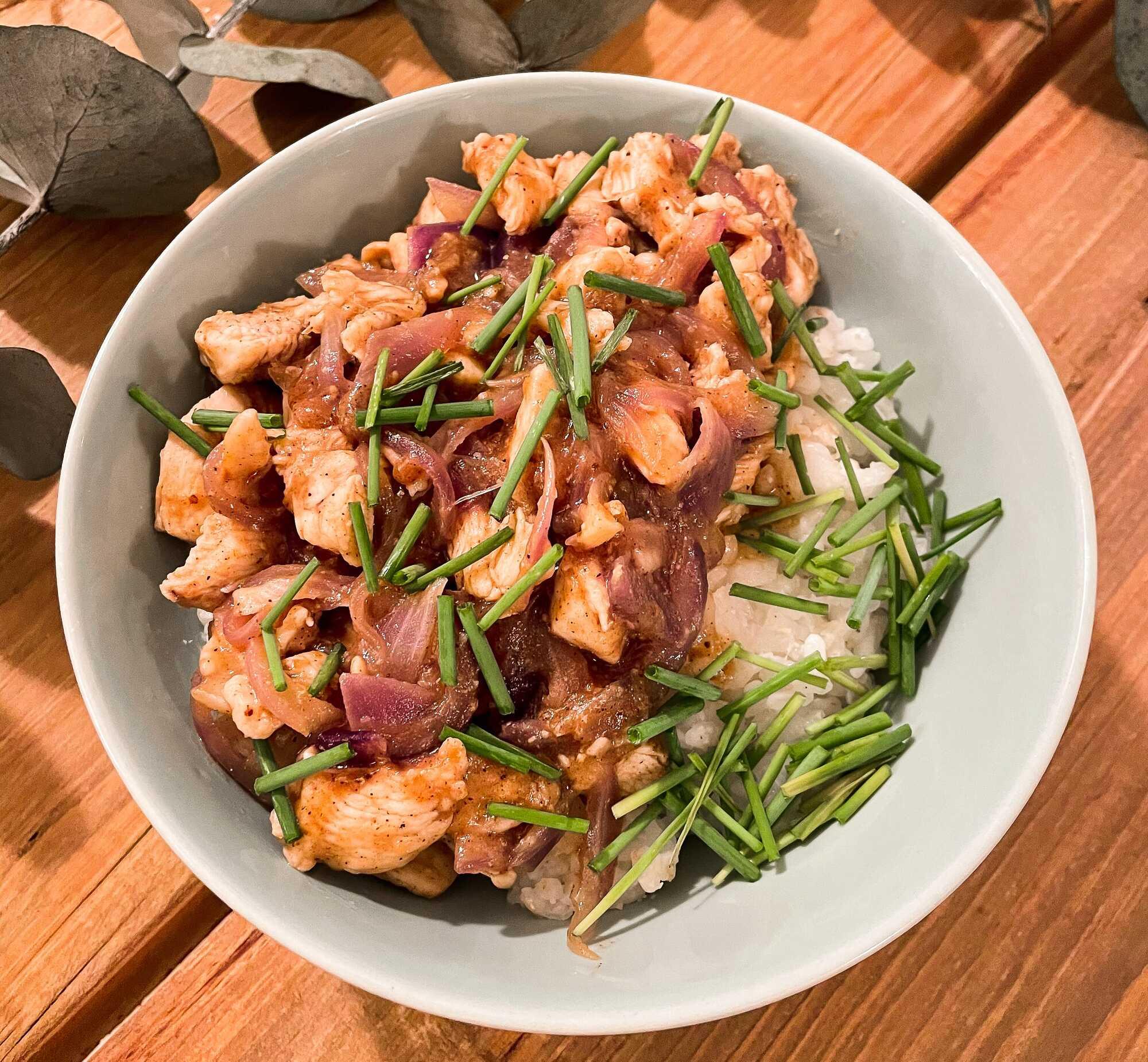 Bien coloré, les morceaux de poulet sont accompagnés de ciboulette finement ciselée. Le plaisir des yeux et des papilles est garanti.