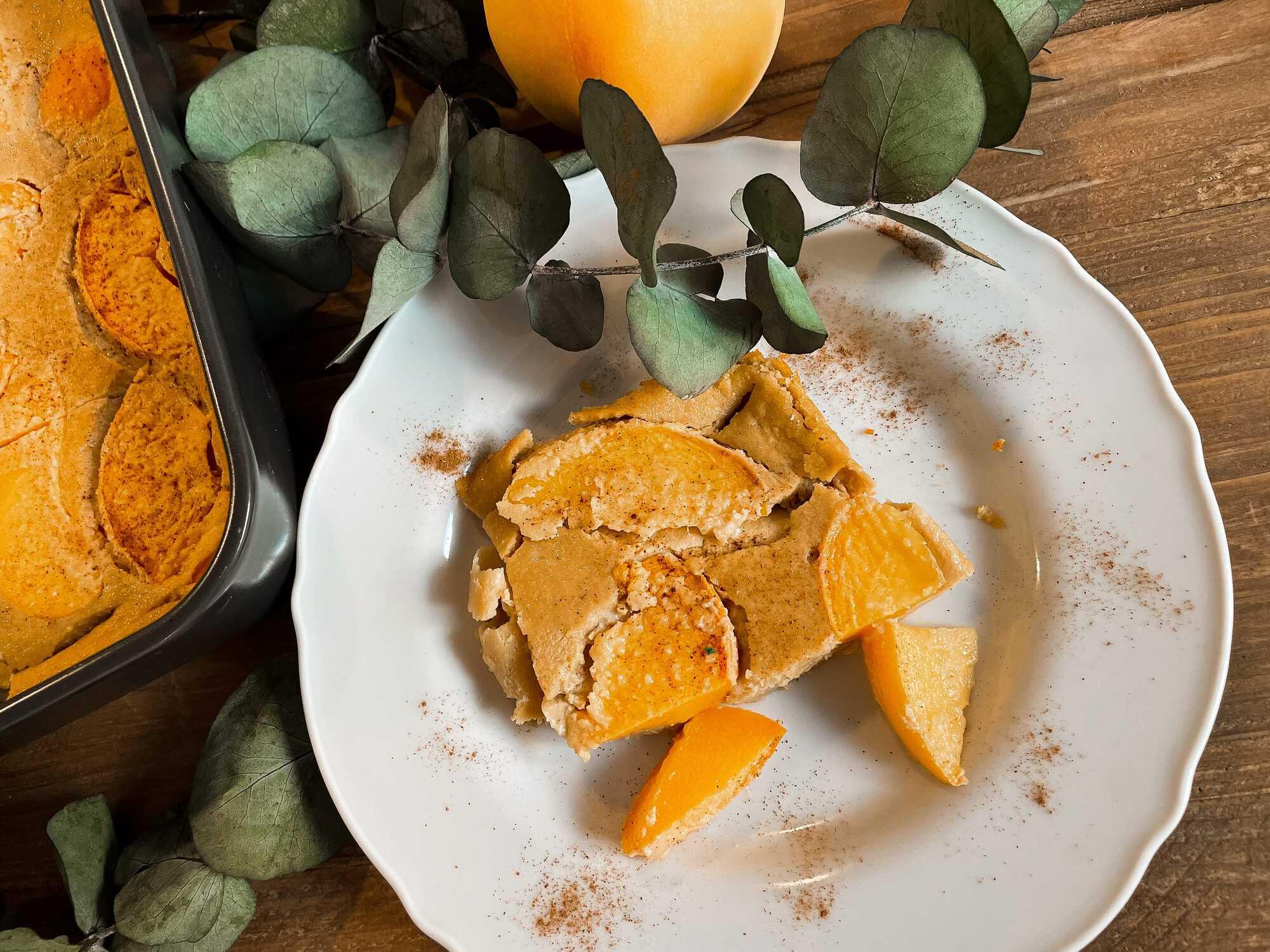 Le Cuajada après cuisson prend la couleur des pêches (jaune-orangé). Présenté dans une assiette creuse, il est coupé en morceaux inégaux.
