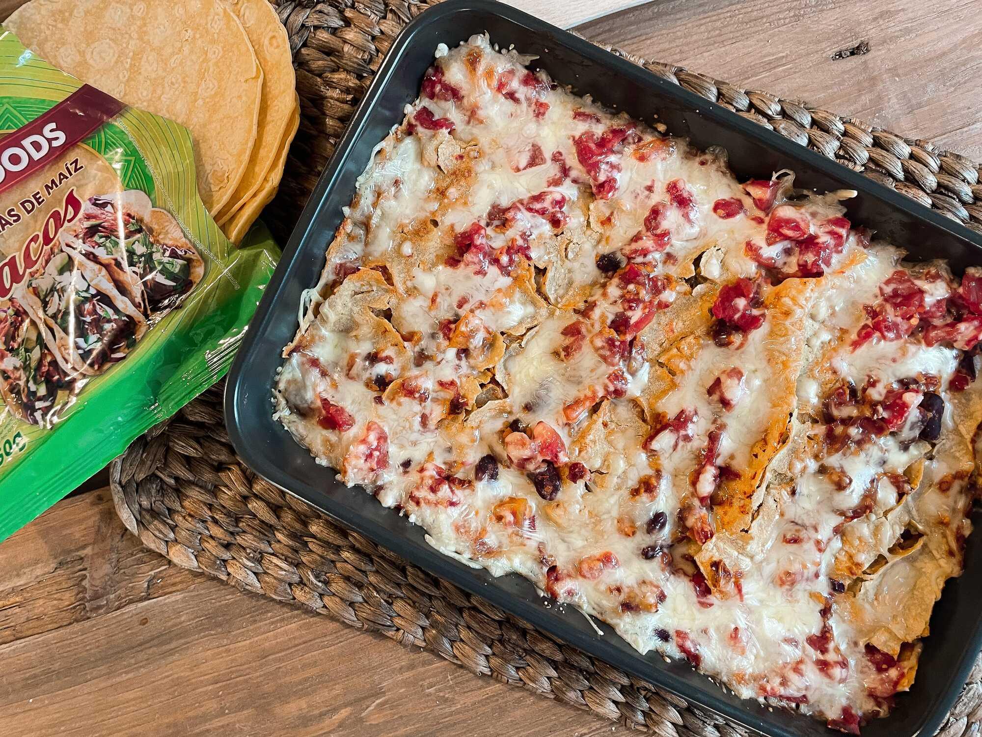 Ces enchiladas végétariennes au fromage, haricots rouges, et protéines de soja sont présentées dans un plat à gratin de couleur noir.