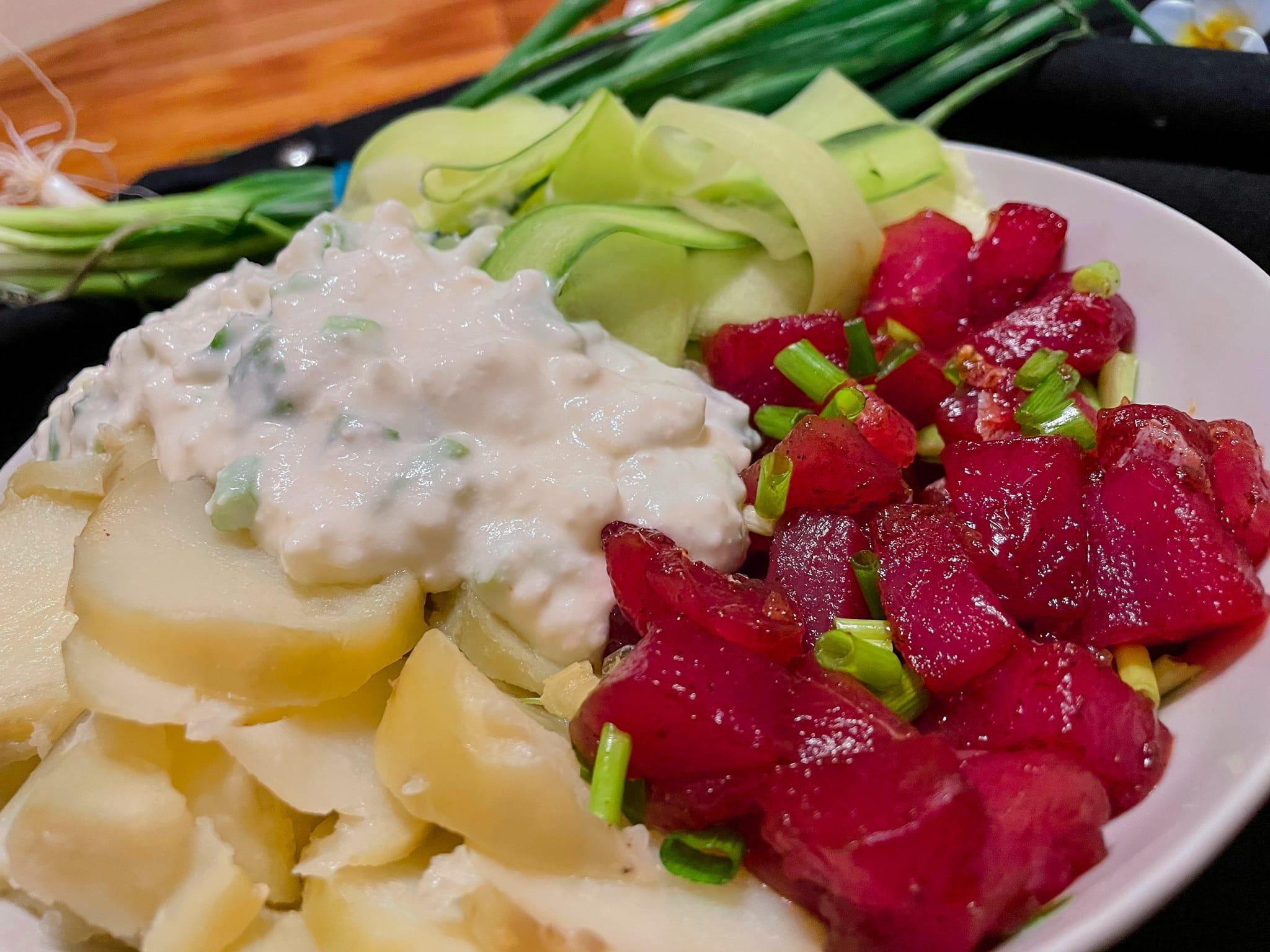 Le bol est composé de thon en petits cubes, de pommes de terre en rondelles, de courgettes en tagliatelles et il est recouvert d'une crème à la feta.