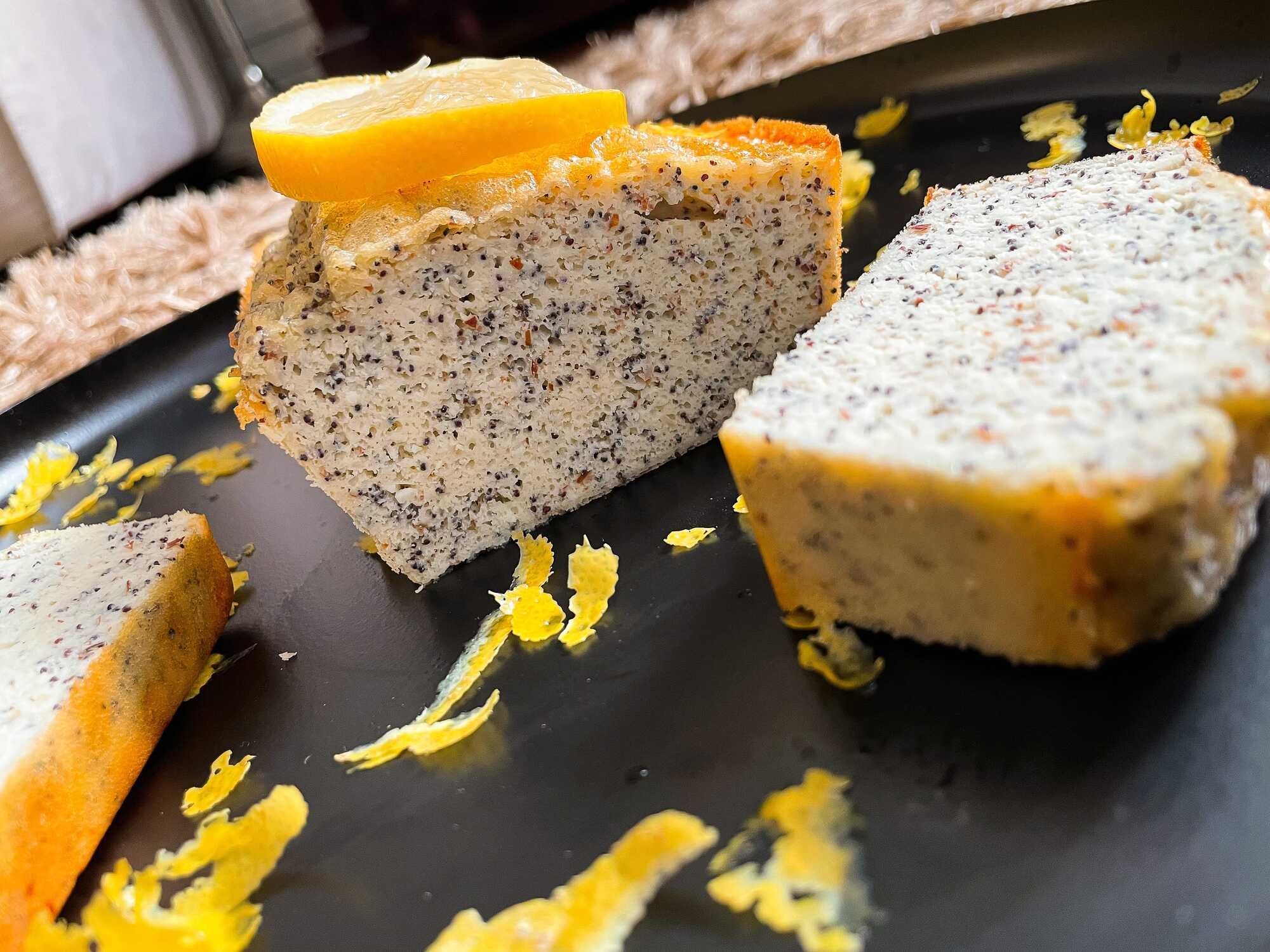 Sur un large plat ovale de couleur noir, trois grosses tranches de cake sont visibles.